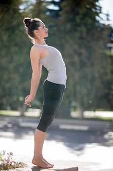 Street yoga: ardha chakrasana pose