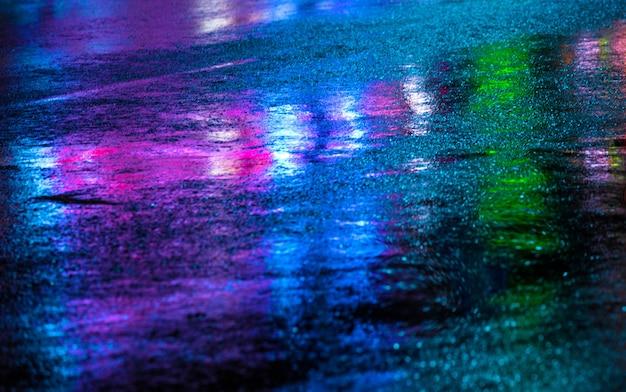 濡れた道路に光が反射する雨上がりの街路