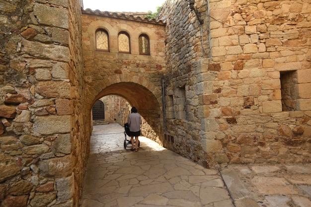 スペイン、カタルーニャ、ジローナ県、パルの中世の村の旧市街の通りとアーチ