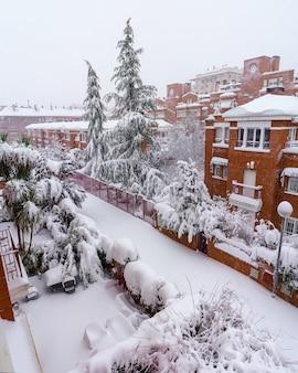 스페인 마드리드에서 떨어지는 눈보라 filomena로 인해 거리와 건물이 낮에 눈으로 덮여 있습니다. 유럽