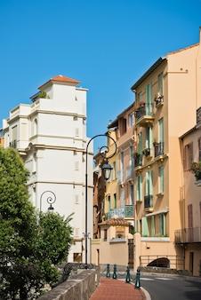 モナコの旧市街の通りや建物。縦ショット