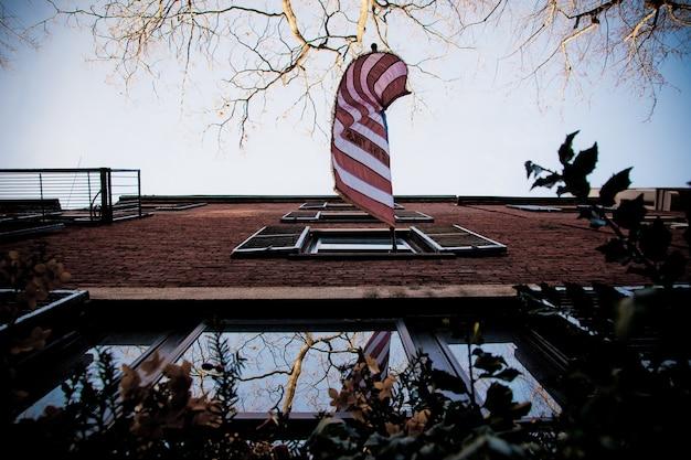 보스턴시의 오래 된 부분에있는 거리와 자갈길, 우리는 직조 깃발.
