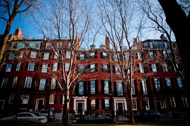 보스턴시의 오래 된 부분에서 거리와 자갈길 주택
