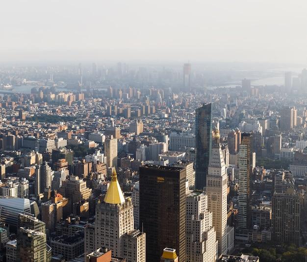 マンハッタンの通りと屋根。エンパイアステートビルディングの上から見たニューヨーク市マンハッタンのミッドタウン。鳥瞰図