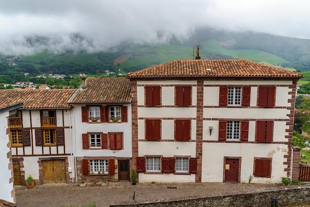 Улицы, дома и типичная архитектура деревни сан-хуан-пие-де-пуэрто во французской стране басков. франция