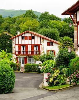 Улицы, дома и типичная архитектура деревни саре во французской стране басков. франция