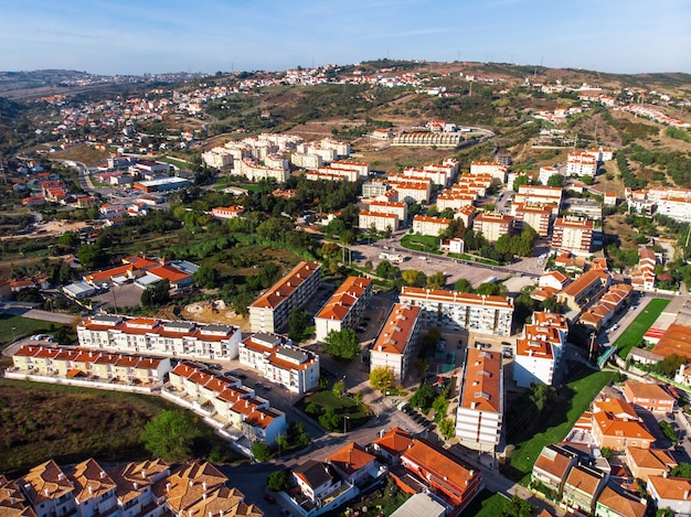 Улицы альхандры с деревьями и уютными домами в португалии