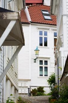 伝統的な白い家がある有名なノルウェーの町ベルゲンの通り