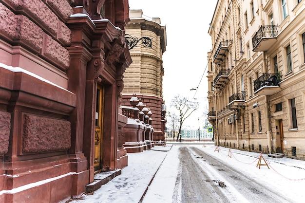 Улицы зимнего петербурга, панорамы города и красивые исторические здания со снегом