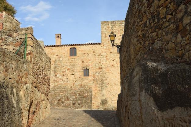 スペイン、カタルーニャ、ジローナ県、パルの中世の村の旧市街の通り