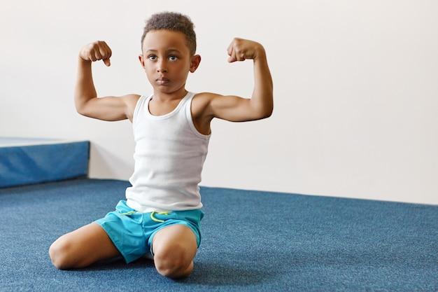 強さ、健康的なライフスタイル、活動、活力、スポーツのコンセプト。真剣な自信の屋内ショット
