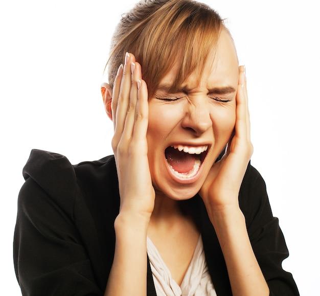 Стресс и усталость: злая кричащая бизнесвумен. изолированные на белом.
