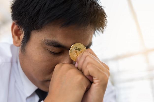 Стресс бизнесмен проведения bitcoin.business и финансов концепции.
