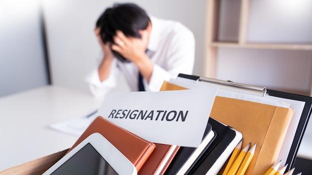 Стресс бизнесмен с письмом об отставке