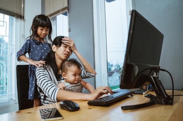 집에서 일하는 동안 스트레스 어머니