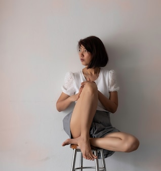 壁に座っている女性をストレス、悲しくて試してみた感じ、否定的な感情