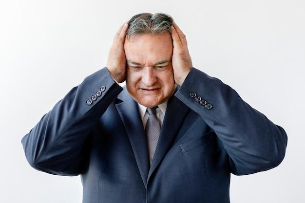 彼の頭に触れる高齢のビジネスマンを強調