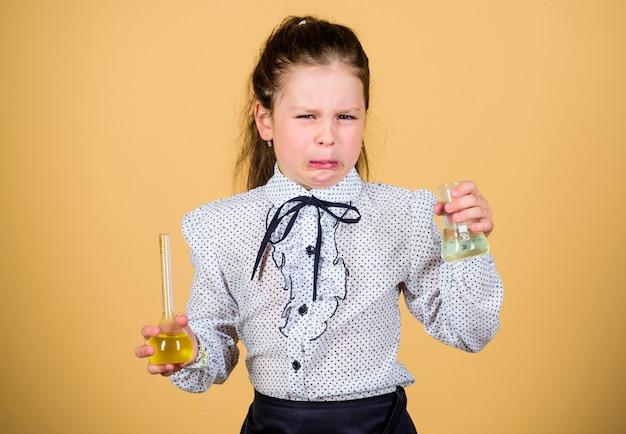 스트레스 받고 피곤한 의사. 플라스크를 테스트하는 작은 스트레스 소녀. 아동 학습 생물학 수업. 학교로 돌아가다. 실험실에서 과학 연구입니다. 작은 여고생. 교육과 지식. 피곤한 의사 소녀.