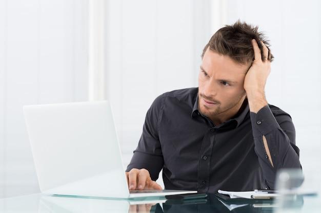 Подчеркнутый и обеспокоенный бизнесмен