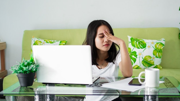 집에서 컴퓨터로 집에서 아시아 여성의 작업을 강조