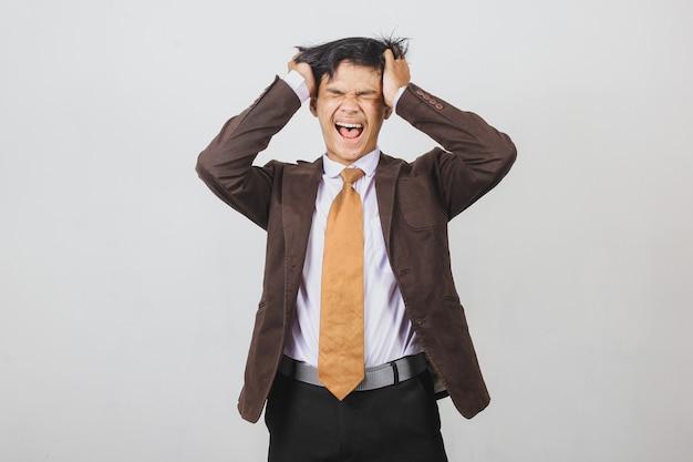 Подчеркнул азиатский молодой бизнесмен, имеющий головную боль и расстроенный