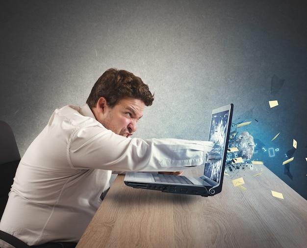 仕事からストレスの多いビジネスマンはパンチを与える