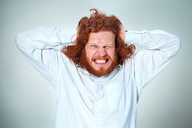 頭痛でビジネスマンを強調しました。男の頭の手が圧縮されています