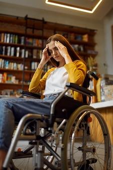 車椅子、障害のある女子学生を強調