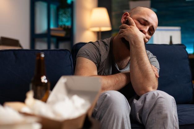 ストレスを感じて負傷したトラウマを抱えた欲求不満の男が遠くを見ている