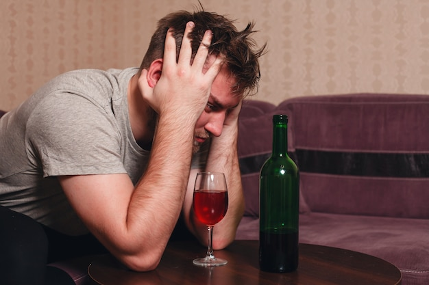 激しい飲酒後のストレスの多い男