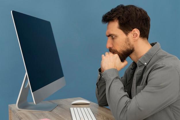 コンピューターで働くストレスの多い男
