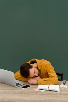 ラップトップに取り組んでいるストレスの多い男
