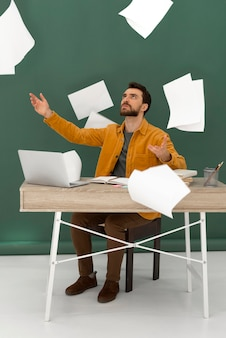 노트북에서 일하는 사람을 강조
