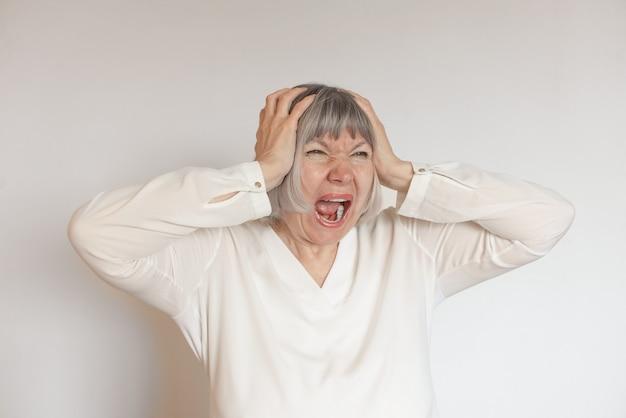 Подчеркнул психологическое здоровье зрелой женщины. усталая леди одиночество и концепция боли