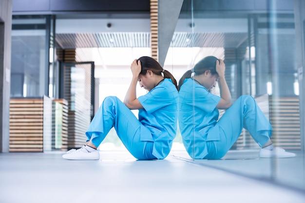 床に座って重点を置かれた看護師