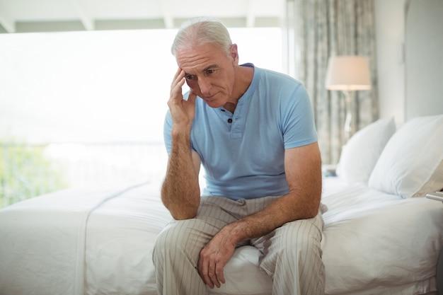 Подчеркнул старший мужчина, сидящий на кровати