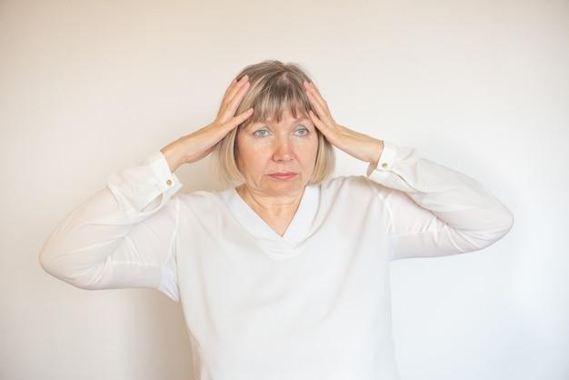 Подчеркнула психологическое здоровье старшей женщины. климакс, отчаяние, головокружение. усталая дама одиночество