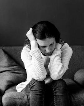 ソファに座っているストレスの多いティーンエイジャー