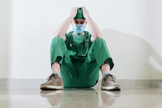 疲れた若い外科医を強調