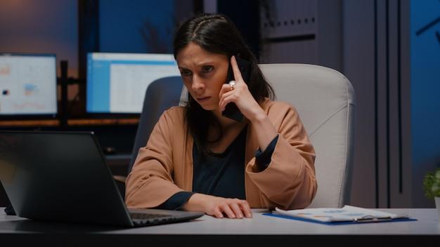 不幸な起業家が電話で企業の問題について話し合っていることを強調した