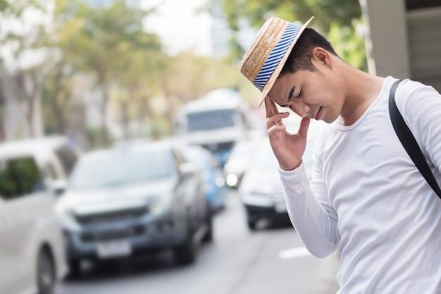 ストレス、動揺、欲求不満、不幸、怒っている旅行者の男性が渋滞に巻き込まれている