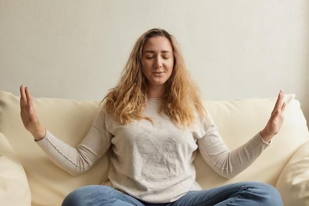 Подчеркнутая женщина успокаивается, снимая головную боль, снятие эмоционального стресса
