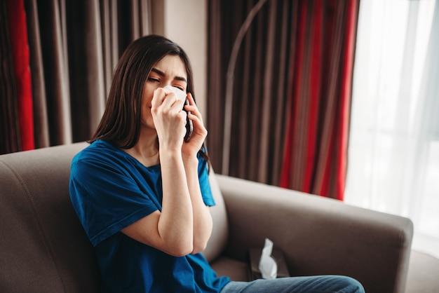 Подчеркнутая женщина плачет и ест шоколад