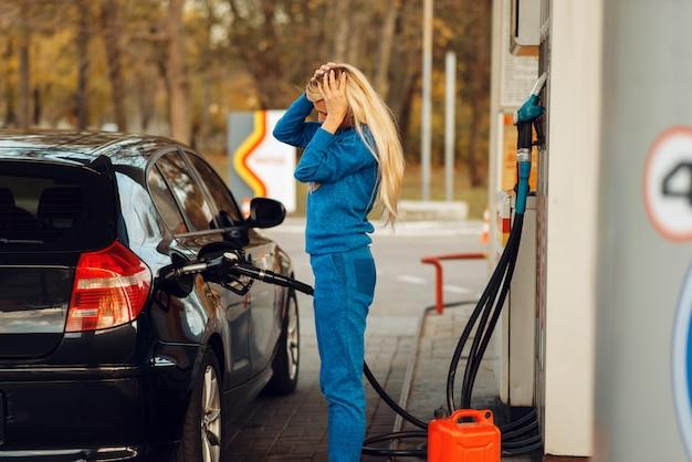 ガソリンスタンドで強調した女性