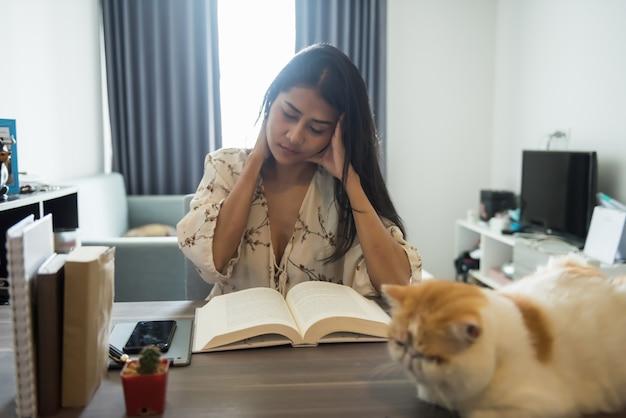 ストレスを受けた女性は家で本を読む