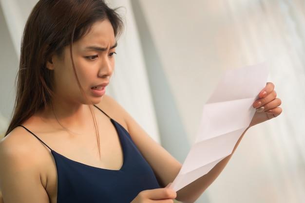 高価な紙幣でストレスの多い女性