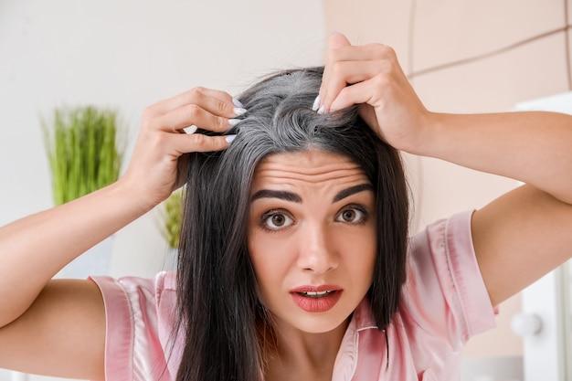 自宅で白髪のストレスを受けた女性