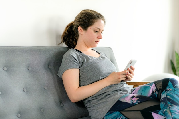 彼女のスマートフォンでストレスの多い女性