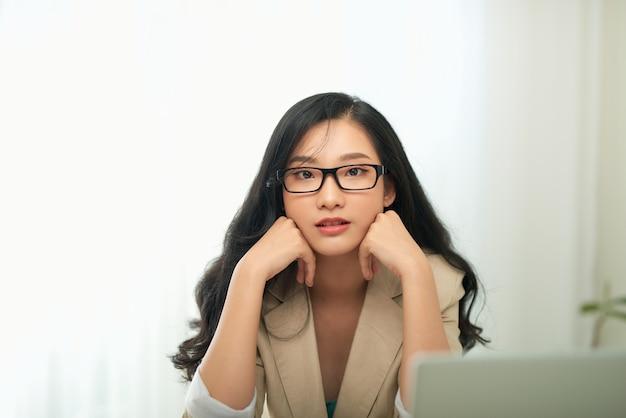 Подчеркнул женщина, работающая на ноутбуке в домашнем офисе