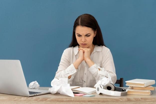 노트북에서 일하는 여자를 강조